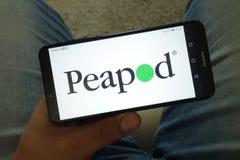 KONSKIE, POLÔNIA - 29 de junho de 2019: Logotipo em linha do serviço de entrega do quitandeiro de Peapod no telefone celular fotos de stock royalty free