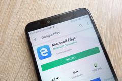 Microsoft Edge app on Google Play Store website displayed on Huawei Y6 2018 smartphone stock image