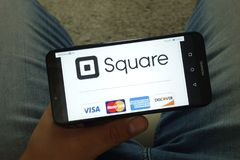 KONSKIE, POLEN - 29. Juni 2019: Square Inc-Firma mit Visum MasterCard American Express und Discover Logos am Telefon stockbilder