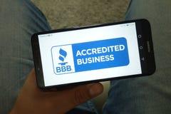 KONSKIE, POLOGNE - 29 juin 2019 : Better Business Bureau - logo de BBB au téléphone portable image libre de droits