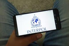 KONSKIE, POLOGNE - 29 juin 2019 : Logo d'organisation d'Interpol au téléphone portable images libres de droits