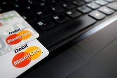 KONSKIE, POLONIA - 6 DE MAYO DE 2018: Tarjetas de débito de Mastercard Fotografía de archivo libre de regalías