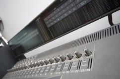 Konsolblandare i musikstudio Arkivbild