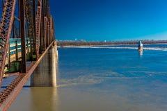 KonsolBridgeand korsar det ljusa huset, den klassiska gamla kedjan av Rocks bron Missouriet River i St Louis, Missouri Royaltyfri Fotografi