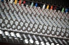 Konsole des stichhaltigen Mischers in einem Aufnahmestudio Lizenzfreie Stockfotos