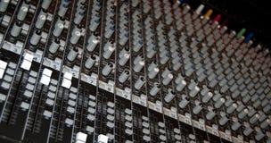 Konsole des stichhaltigen Mischers in einem Aufnahmestudio Stockfotos