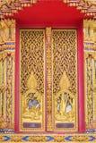 Konst av den guld- wood dörren som snider detaljtrådar, är teckenmytologi Fotografering för Bildbyråer