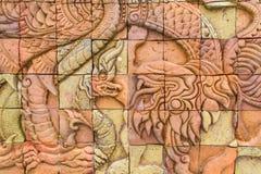 Konst av det forntida monstret på stenväggen Arkivfoton