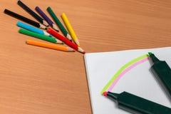 Konst av kulöra blyertspennor royaltyfri fotografi
