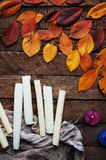 Konst av målning Målarfärghinkar på wood bakgrund Olik målarfärg färgar målning på träbakgrund Måla uppsättningen: borstar PA Arkivbilder
