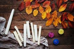 Konst av målning Målarfärghinkar på wood bakgrund Olik målarfärg färgar målning på träbakgrund Måla uppsättningen: borstar PA Fotografering för Bildbyråer