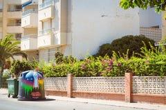 Konst-dekorerat trashcan på den soliga gatan, Torrevieja, Valencia, Sp Arkivfoto