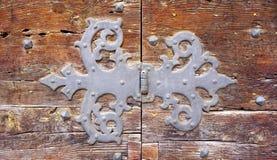 Konst för dörrgångjärnmontering av den gamla trädörren royaltyfria foton