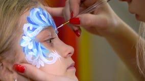 Konst för kropp för kvinnamålareteckning på framsida av att charma flickan Närbildrörelse arkivfilmer