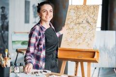Konst för målare för kvinna för konstnärinspirationbegrundande arkivfoto