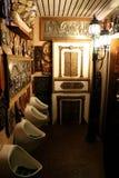 Konst i toaletten arkivbilder