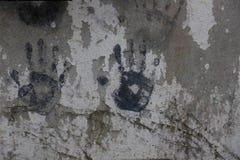 Konst med händer i målarfärg på väggbetong fotografering för bildbyråer