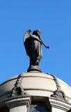 Ängel som blåser trumpetstatyn på en taklägga. Fotografering för Bildbyråer