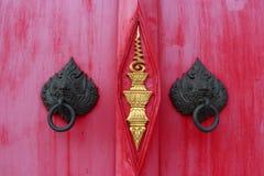 Konst på den röda dörren i templet av Thailand arkivbilder