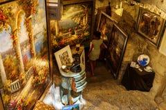 Konst shoppar i Helgon-Paul-de-Vence, södra Frankrike Royaltyfri Foto