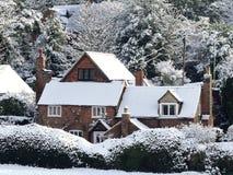 Konstabl chałupa, Psi psiarni pas ruchu, Chorleywood w zima śniegu zdjęcie stock