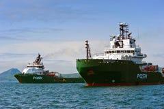 Konstant och Salviceroy för stora bogserbåtar flott på ankaret i vägarna Nakhodka fjärd Östligt (Japan) hav 01 06 2012 Royaltyfria Foton