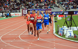 Konstantin Tolokonnikov de Rusia que gana 800 m compita con en los juegos al aire libre internacionales de DecaNation el 13 de se imagenes de archivo