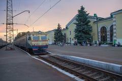 Konstantinovka, Ucrânia - 31 de maio de 2017: Trem e passageiros no estação de caminhos-de-ferro Fotos de Stock