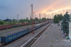 Konstantinovka, Ucrânia - 31 de maio de 2017: Trem e passageiros no estação de caminhos-de-ferro Fotografia de Stock Royalty Free