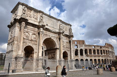 Konstantinsbogen nahe dem Colosseum in Rom, Italien Lizenzfreies Stockfoto