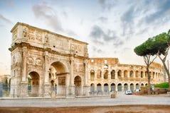 Konstantinsbogen und das Colosseum, Rom Lizenzfreie Stockfotos