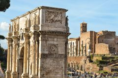 Konstantinsbogen und Roman Forum lizenzfreie stockfotos