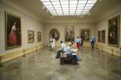 Konstappreciators beskådar målningar i Museum de Prado, det Prado museet, Madrid, Spanien Arkivfoton