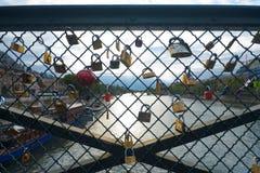 konstdes-staket padlocks pont royaltyfria foton