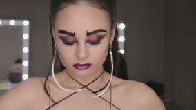 Konsten av makeupflickan med svarta ögonbryn lager videofilmer
