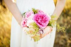 Konstflicka med en blomma i händerna arkivfoto