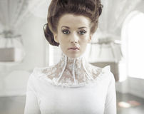 Konstfoto av en ung modedam i en stilfull inre Royaltyfri Bild