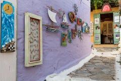 Konstgata och galleri, gammal by på den Alonissos ön, Grekland Arkivfoto