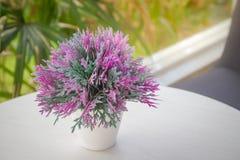Konstgjord blomma för färgrik garnering i vasen hemma Royaltyfria Bilder