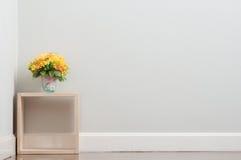 Konstgjord blomma på asken Arkivfoton
