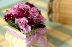 konstgjord blommakrukapurple royaltyfri fotografi