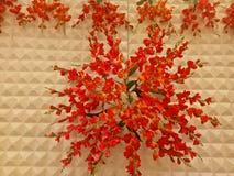 Konstgjord blomning OnsideTheWall för bröllophändelse royaltyfri bild