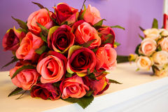 Konstgjord bukett av rosor Arkivfoton