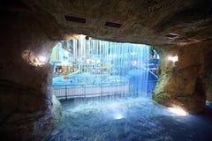 konstgjord grottavattenfall Arkivfoto