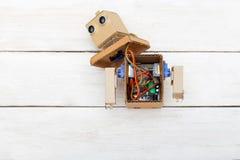 Konstgjord intelligens - robot med demonterade händer Lekmanna- lägenhet royaltyfri foto