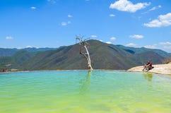 Konstgjord pölHierve el Agua, Oaxaca, Mexico 19th Maj 2015 Royaltyfri Fotografi