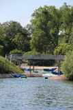 Konstgjord rafting strömkretsutgång i sjön fotografering för bildbyråer