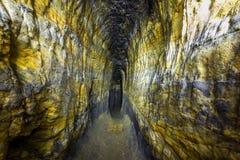 Konstgjord sandstengrotta Grottakloster Den övergav boningen av sectarians piskar och räckvidder Arkivfoton
