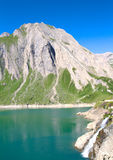 Konstgjord sjö på fjällängar Royaltyfri Foto