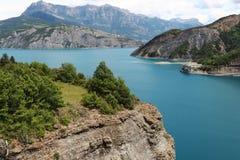 Konstgjord sjö Serre-Poncon, Hautes-Alpes, Frankrike royaltyfria bilder